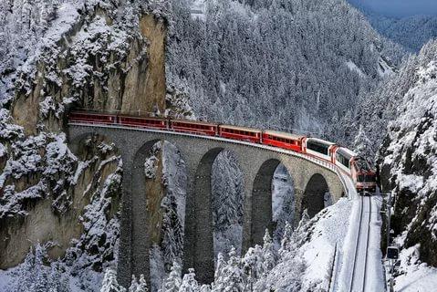 Движение поезда SBB-CFF-FFS в Альпах.