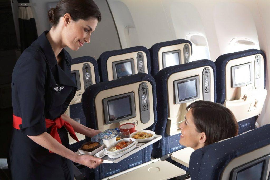 Половина жителей России берут с собой еду в самолёт
